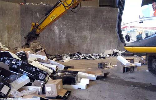 英国海关开始销毁被扣下的堆积成山的扭扭车